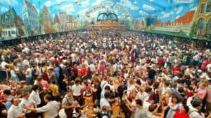 "Deutschland, Muenchen, Oktoberfest, Europa, Bayern, Stadt, Reise, Brauchtum, Brauch, Tradition, Fest, Hacker-Pschorr, Hacker Pschorr, ""Himmel der Bayern"", Wiesn, Theresienwiese, traditionell, Volksfest, bayerisch, Festzelt, Bierzelt, Bevoelkerung, Gaeste, innen, Innenansicht, Menschenmenge, Menschenmasse, ueberfuellt, Ueberfuellung, voll [Bildtechnik: Farbprofil: sRGB] English: Germany, Munich, Oktoberfest, Europe, Bavaria, city, travel, custom, tradition, beer festival, Hacker-Pschorr, Hacker Pschorr, ""Himmel der Bayern"" (Bavarians' sky), Wiesn, Theresienwiese, traditional Bavarian folk festival, pavilion, marquee, beer tent, population, guests, inside view, interior, crowds of people, crowded, packed, thronging"
